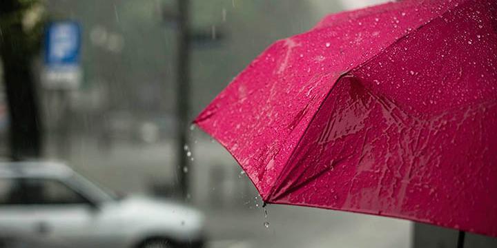 Person med rød paraply i regnvejr